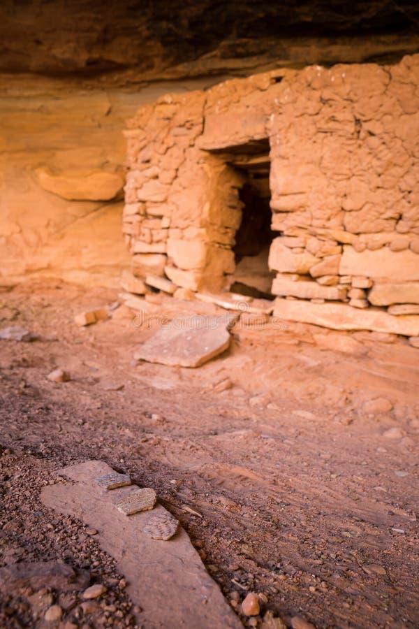 Tessons de poterie sur la roche près de l'entrée du logement de pueblo photographie stock libre de droits