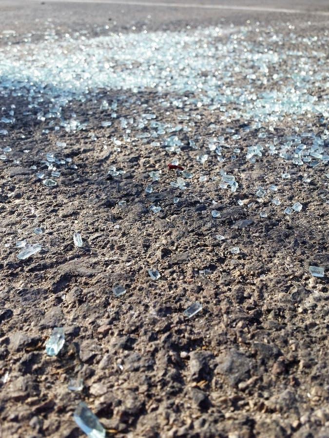 Tessons en verre dispersés sur la route - fin  photos libres de droits