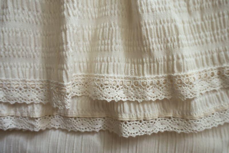 Tessuto antiquato beige con gli arricciamenti ed il pizzo fotografia stock libera da diritti
