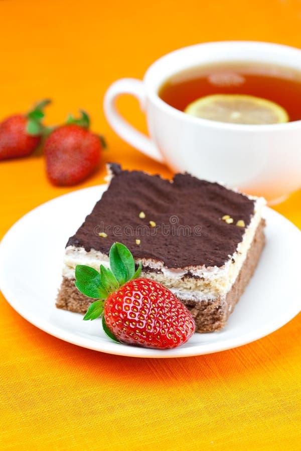 Tessuto arancione di menzogne del tè, della torta e delle fragole immagini stock libere da diritti