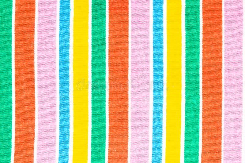 Tessuto degli ambiti di provenienza dell'arcobaleno Primo piano del tessuto dell'arcobaleno con le bande verticali parallele stru fotografia stock