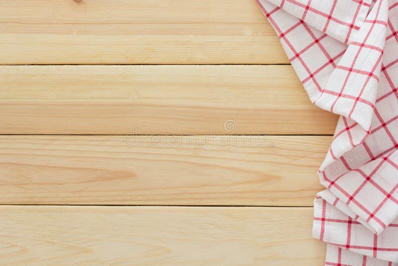 Tessuto della tovaglia, tovagliolo a quadretti di picnic sul fondo di legno della tavola fotografie stock
