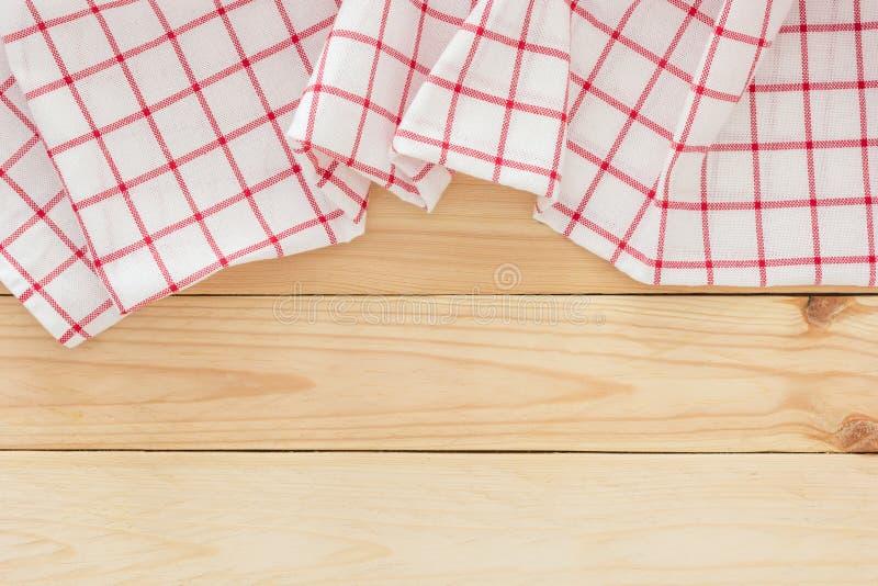 Tessuto della tovaglia, tovagliolo a quadretti di picnic sul fondo di legno della tavola immagini stock