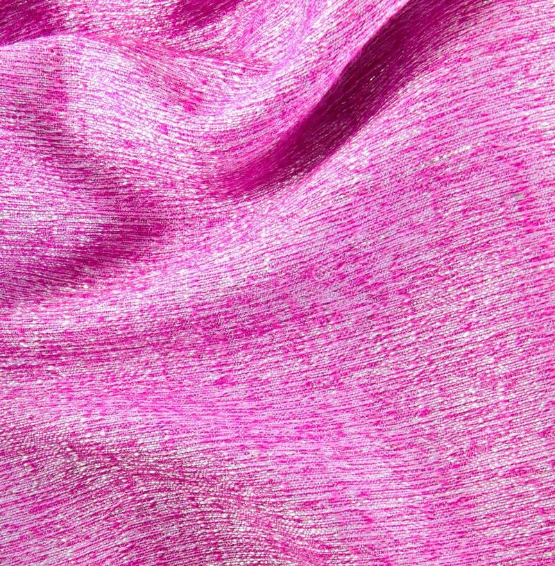 Tessuto di seta sgualcito colore rosa strutturato immagini stock libere da diritti