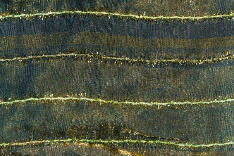 Tessuto di seta verde scuro con le bande bianche per i precedenti fotografia stock