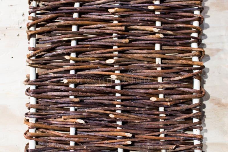 Tessuto di vimini per un canestro fatto da un artigiano annata e classe immagini stock libere da diritti