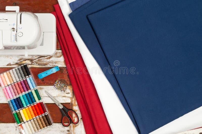 Tessuto ed attrezzatura della macchina per cucire immagini stock libere da diritti