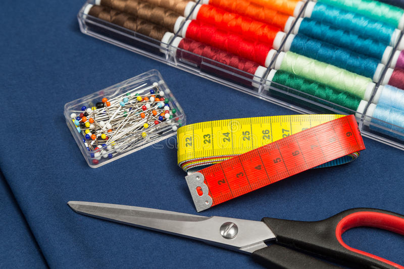 Tessuto ed attrezzatura di cucito fotografia stock libera da diritti
