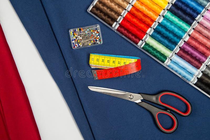 Tessuto ed attrezzatura di cucito immagini stock libere da diritti
