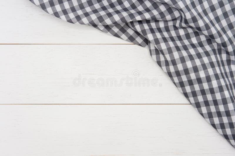 Tessuto grigio corrugato del percalle sul fondo di legno bianco rustico della plancia immagini stock libere da diritti