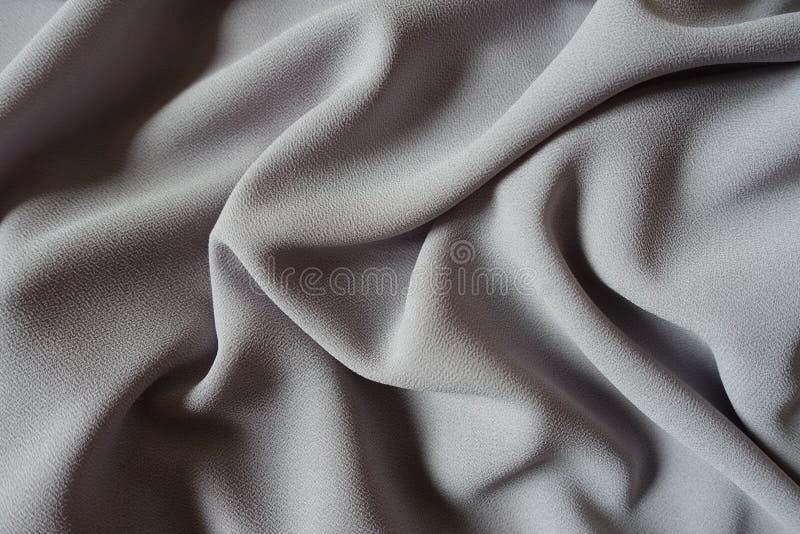 Tessuto grigio sgualcito del georgette di crêpe fotografie stock