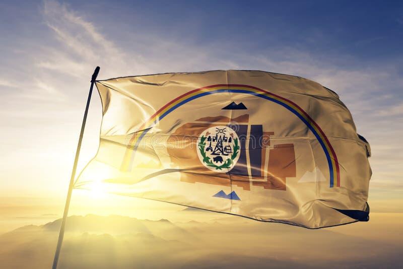 Tessuto navajo del panno del tessuto della bandiera che ondeggia sulla nebbia superiore della foschia di alba illustrazione vettoriale