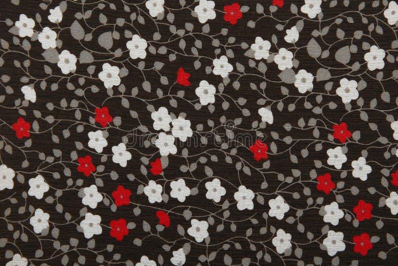 Tessuto nero del fondo con i fiori rossi e bianchi immagini stock