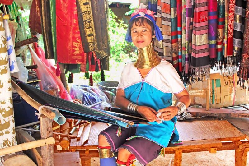 Tessuto non identificato della donna della tribù di Padaung (Karen) sul dispositivo tradizionale vicino a Mae Hong Son, Tailandia fotografie stock libere da diritti