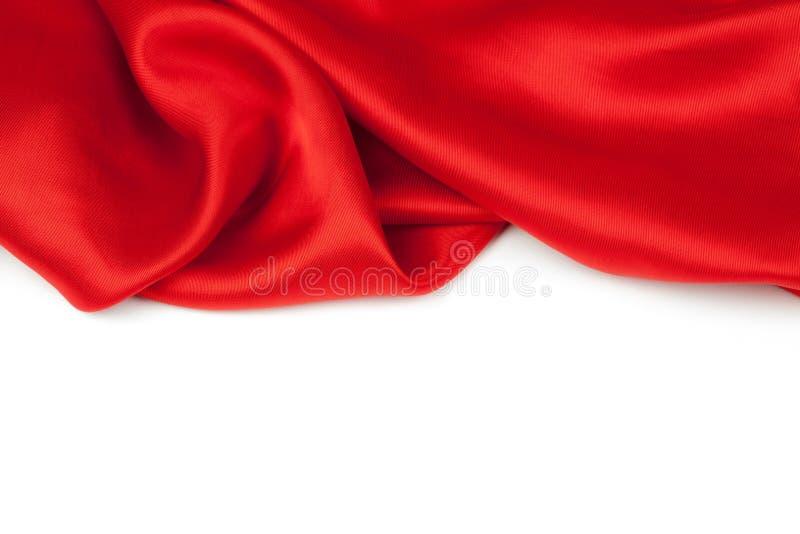 Tessuto rosso del raso contro fondo bianco fotografia stock libera da diritti