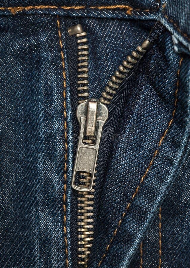 Tessuto - serie del tessuto: Chiusura lampo dei jeans fotografia stock libera da diritti