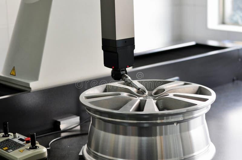 A testé un RIM neuf roulent dedans l'usine lumineuse photographie stock libre de droits