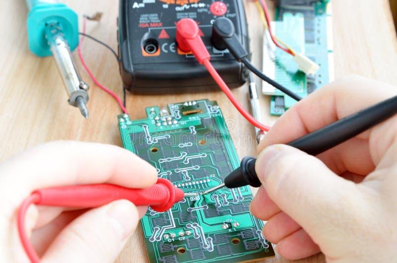 Test reparerar jobb på utskrivavet elektroniskt går runt stiger ombord fotografering för bildbyråer
