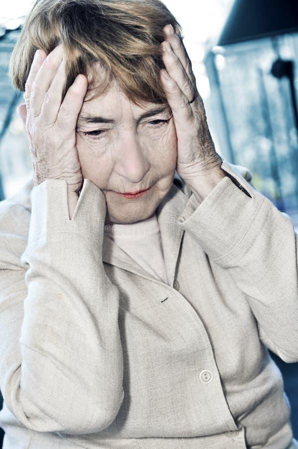 Testa anziana della holding della donna immagini stock