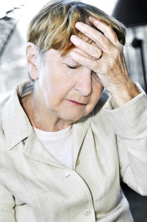 Testa anziana della holding della donna fotografia stock