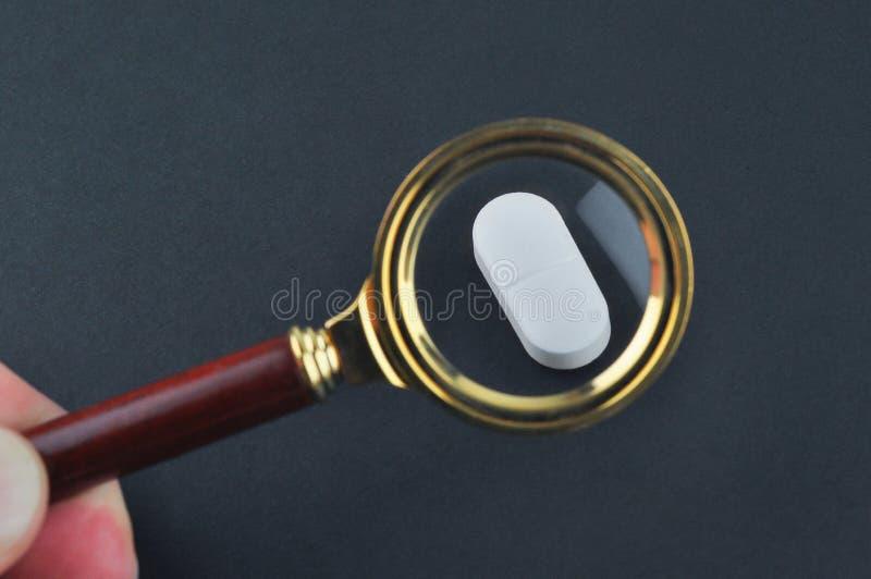 Testa av mediciner och medicinsk viktkvalitet royaltyfria bilder