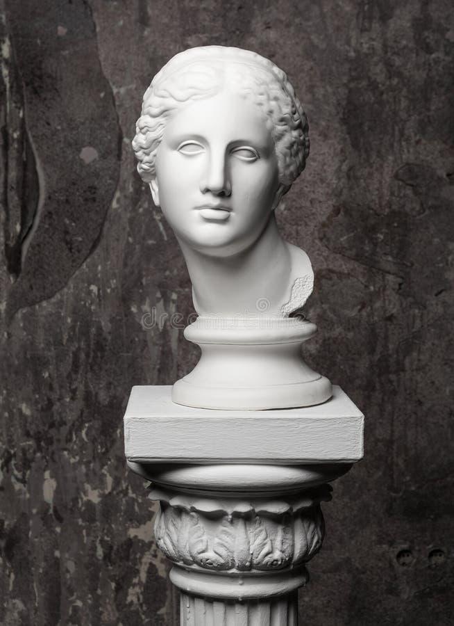Testa bianca del marmo della giovane donna fotografie stock libere da diritti