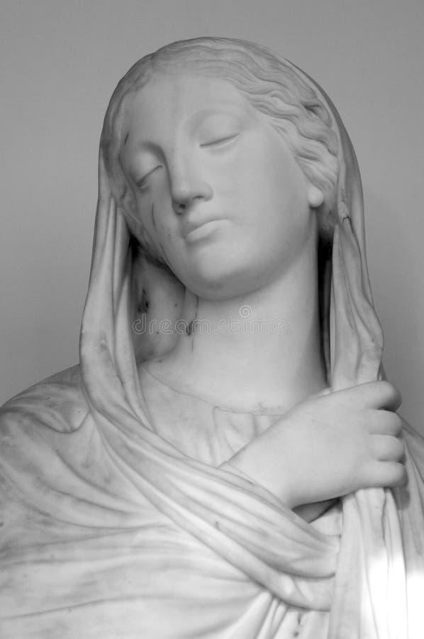 Testa bianca del marmo della giovane donna Statua di una donna nello stile antico Scultura antica del fronte di signora fotografie stock libere da diritti