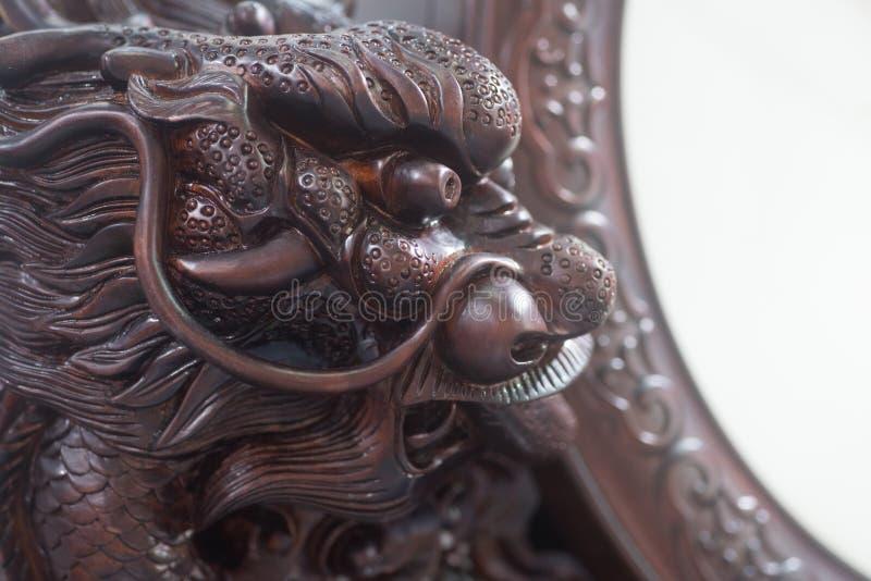 Testa cinese di intaglio del legno della creatura mitica fotografia stock libera da diritti