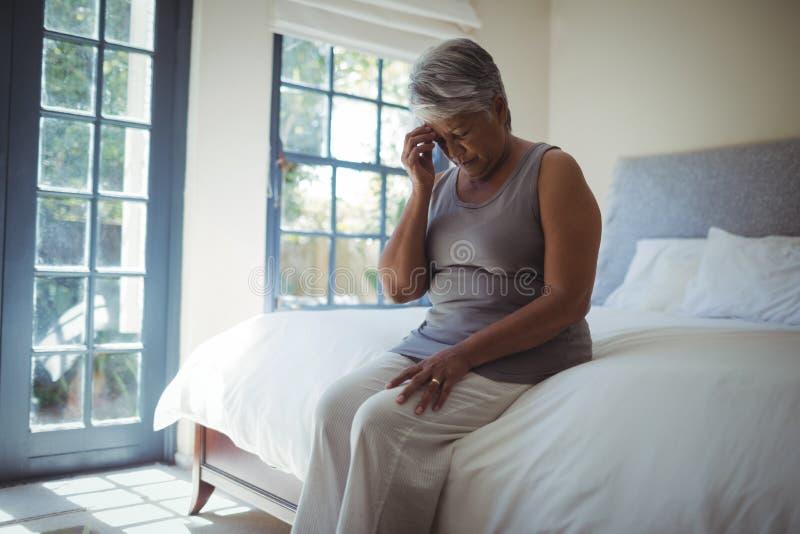 Testa commovente della donna senior turbata a casa fotografie stock