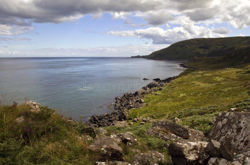 Testa dei torr attraverso la baia di Murlough, costa di Antrim fotografia stock