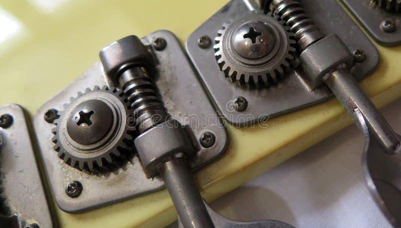Testa del basso elettrico elettrico Macro vista della testa della macchina immagine stock