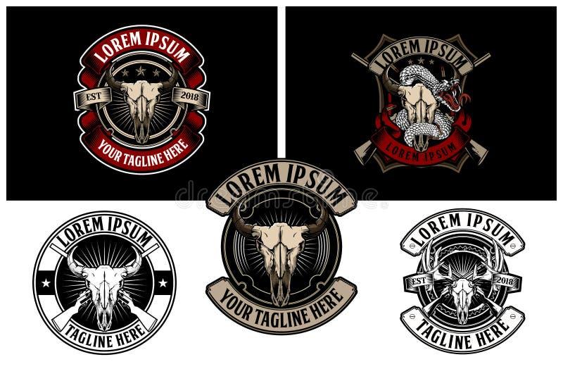 Testa del cranio del bufalo dell'America con modello di logo del distintivo di vettore del fucile il retro royalty illustrazione gratis