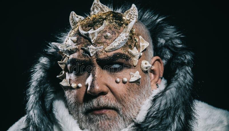 Testa del demone con le spine sul fronte isolato su fondo nero Spirito terrificante di inverno, ritratto di Jack Frost Closeup de fotografia stock libera da diritti