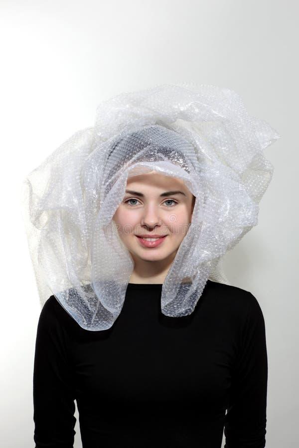 Testa della ragazza in un sacchetto di plastica immagini stock
