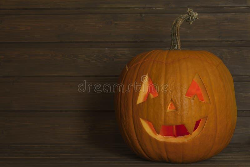 Testa della zucca di Halloween su fondo di legno Preparando per Halloween Testa scolpita da una zucca su Halloween fotografie stock libere da diritti