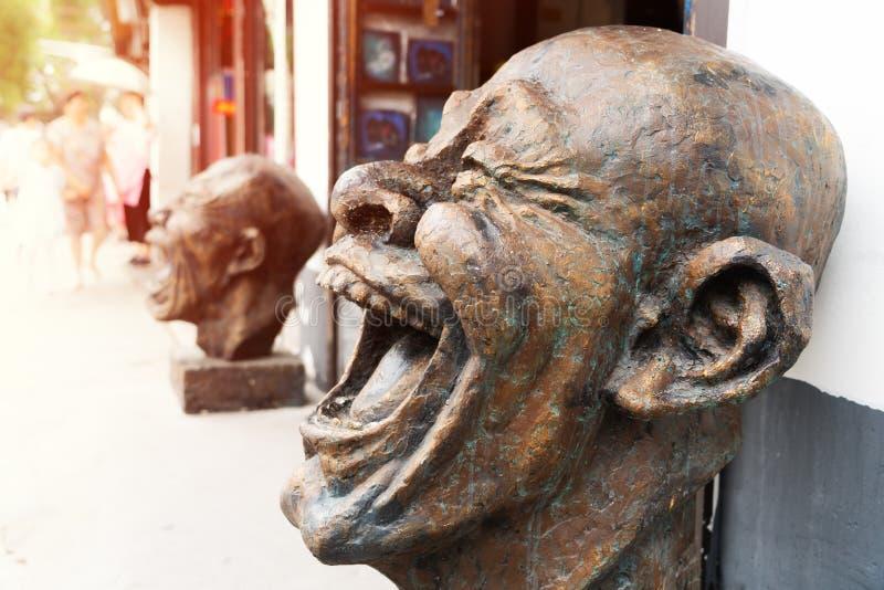 Testa delle statue del bronzo di risata, scultura capa divertente immagini stock libere da diritti