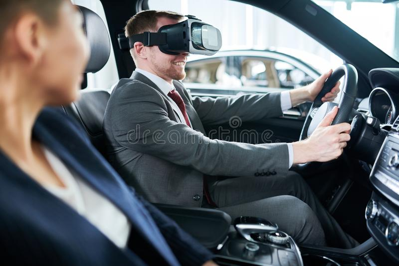 Testa den nya bilen med VR-hörlurar med mikrofon royaltyfri bild