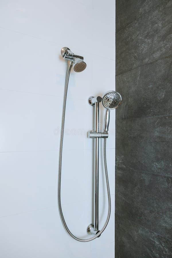 Testa di doccia in bagno privato fotografia stock