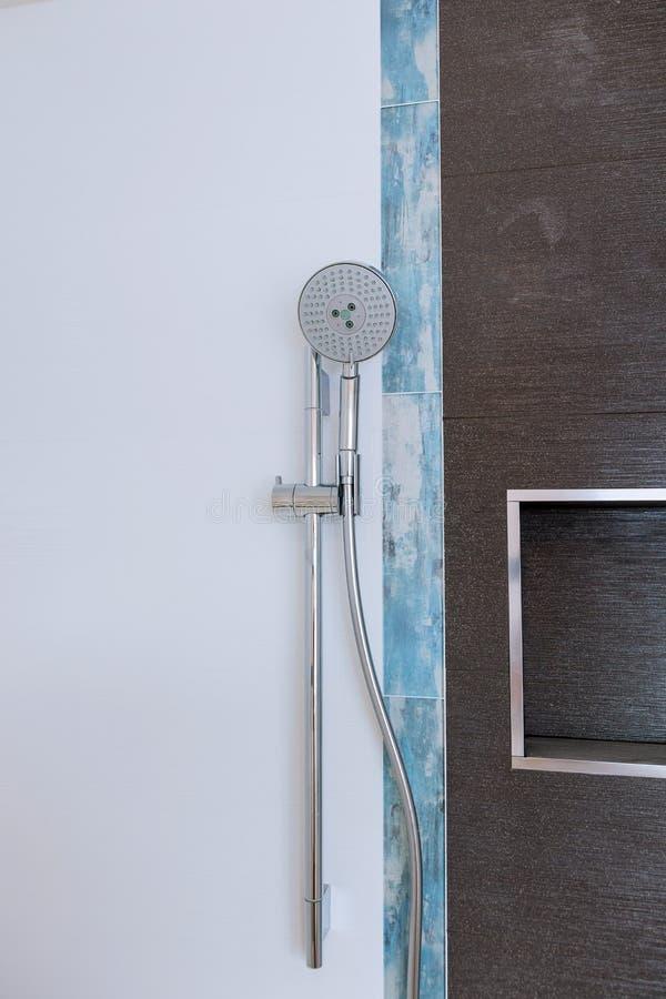 Testa di doccia in bagno privato fotografia stock libera da diritti