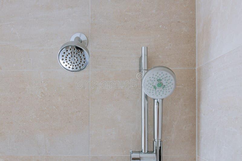 Testa di doccia in bagno privato immagine stock libera da diritti