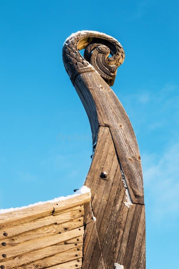 Testa di legno del drago su Drakkar sul fondo del cielo blu fotografia stock