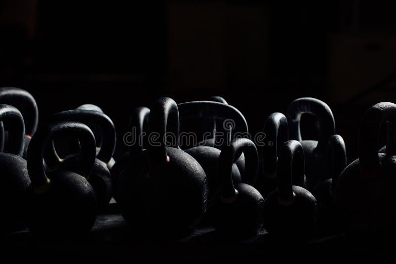 Testa di legno della siluetta per addestramento del peso nella palestra Kettlebells neri 24kg weightlifting fotografia stock libera da diritti