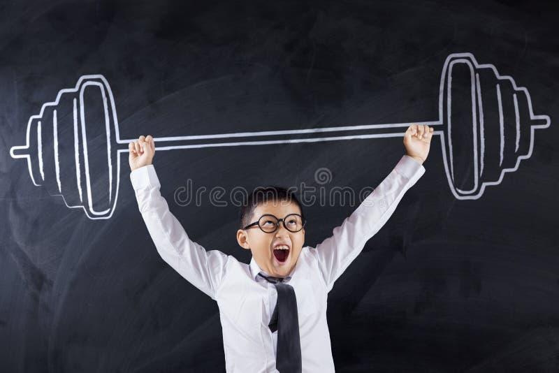 Testa di legno di sollevamento del ragazzo sveglio fotografia stock