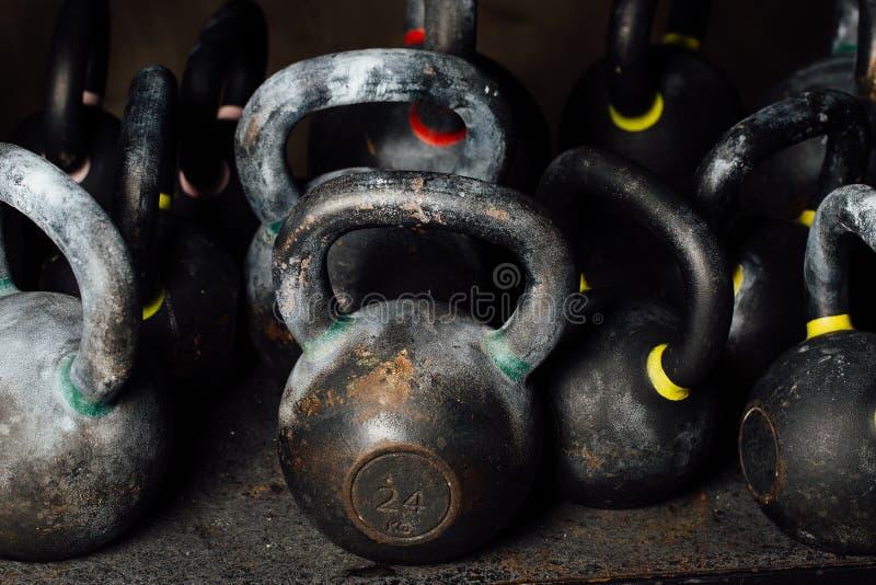 Testa di legno per addestramento del peso nella palestra Kettlebells neri 24kg weightlifting fotografie stock