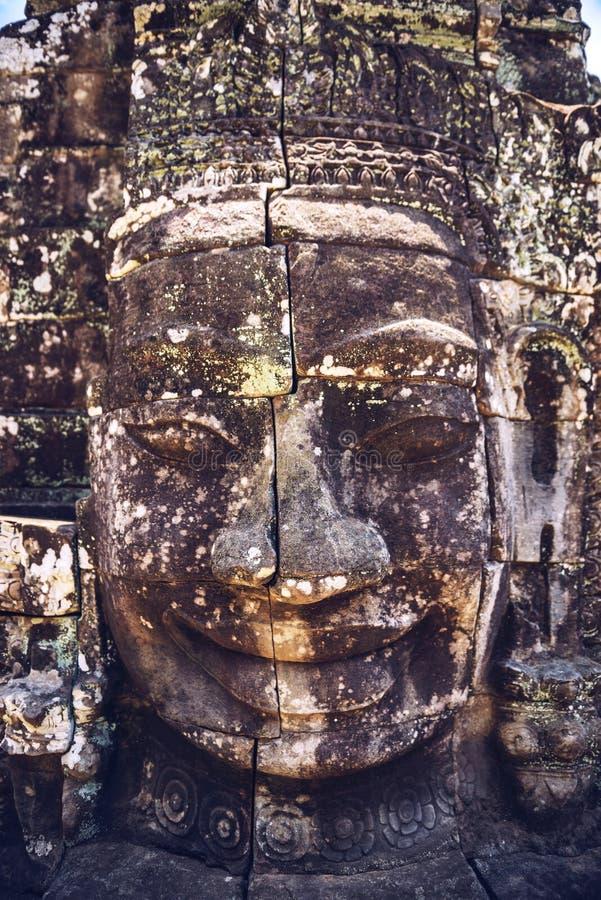 Testa di pietra sulle torri del tempio di Bayon a Angkor Thom, Siem Reap, immagini stock libere da diritti