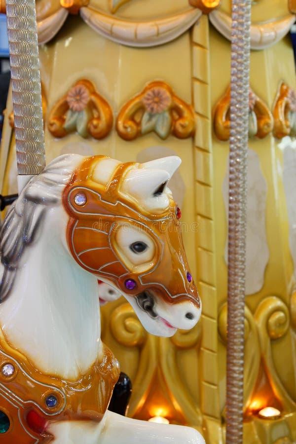 Testa di un cavallo di legno su una giostra di vintage fotografie stock libere da diritti