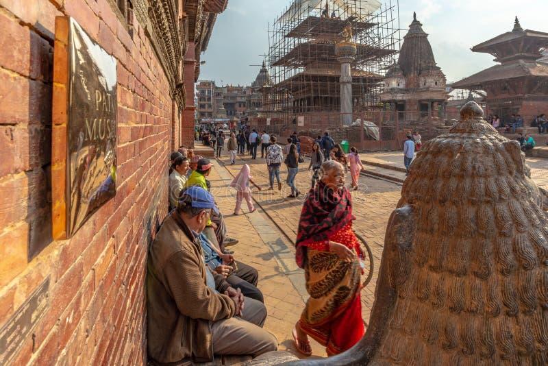 Testa di una guardia del leone e di una camminata indiana della donna fotografia stock