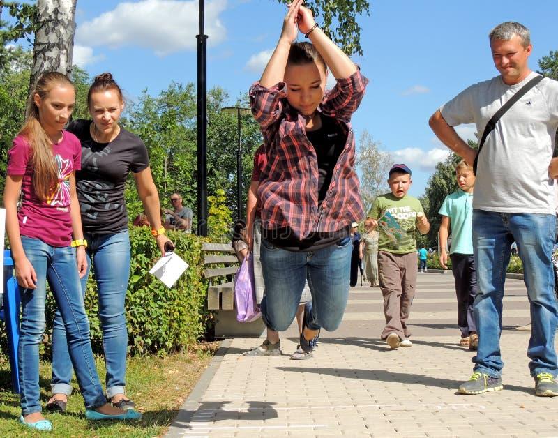 Testa din styrka i längdhopp royaltyfri foto
