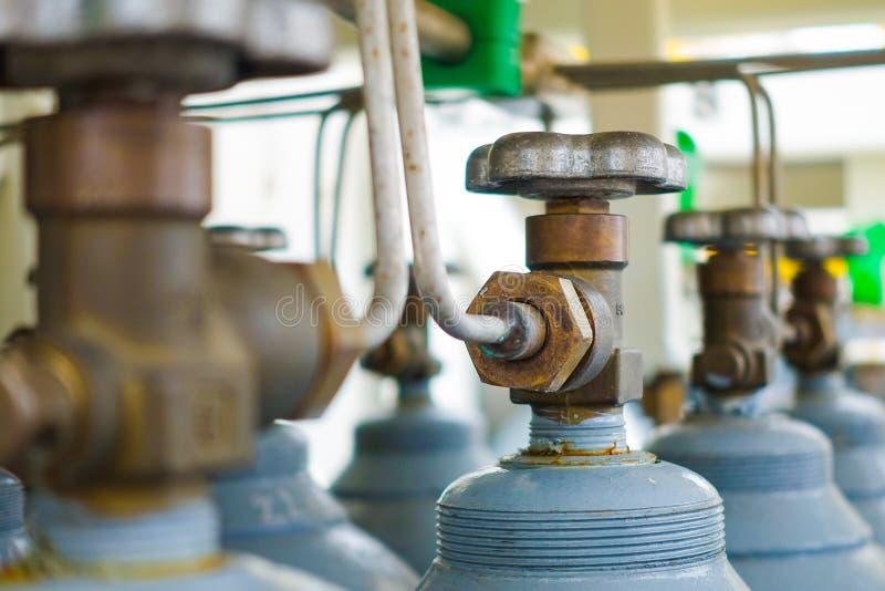 Testa e valvola dello scaffale del cilindro dell'azoto fotografia stock