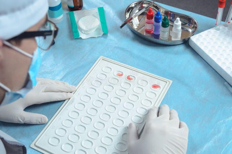 Testa för blodgrupp- och rh-faktor arkivbild